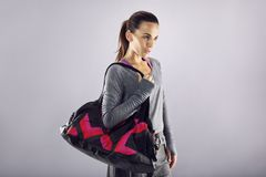 Милая женщина готовая в шестерне фитнеса Стоковые Изображения RF