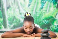 Милая женщина лежа на таблице массажа стоковое изображение