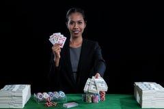 Милая женщина держа деньги и сердца одевают прямые гриппы Стоковые Фото