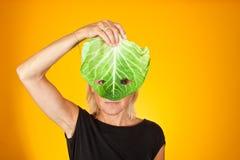 Милая женщина держа капусту как маска Стоковое Фото