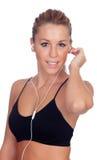 Милая женщина делая музыку фитнеса слушая с наушниками на whi стоковая фотография rf