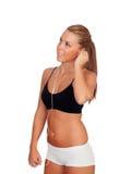 Милая женщина делая музыку фитнеса слушая с наушниками стоковое фото rf