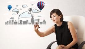 Милая женщина делая эскиз к городскому пейзажу с красочными воздушными шарами Стоковое фото RF