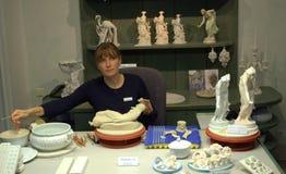 Милая женщина делая figurines Стоковые Фотографии RF