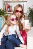 Милая женщина и ребенок принимая selfie стоковое фото