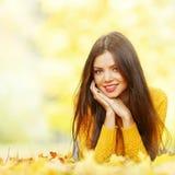 Милая женщина кладя в парк осени Стоковое Фото