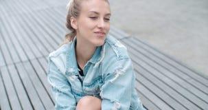 Милая женщина моды ослабляя в городе в Европе Стоковое Фото