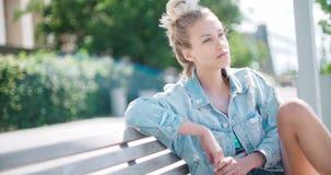 Милая женщина моды ослабляя в городе в Европе сток-видео