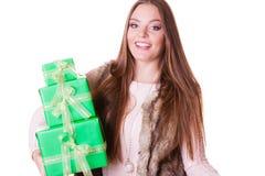 Милая женщина моды с подарками коробок День рождения Стоковые Изображения RF