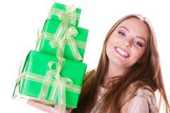 Милая женщина моды с подарками коробок День рождения Стоковое фото RF