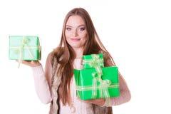Милая женщина моды с подарками коробок День рождения Стоковые Фото