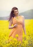 Милая женщина на поле цветка стоковое фото rf