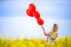Милая женщина на поле цветка стоковые изображения rf