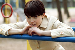 Милая женщина на спортивной площадке в парке Стоковые Фотографии RF