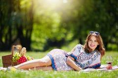 Милая женщина ослабляя на парке Стоковая Фотография