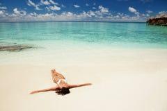 Милая женщина ослабляя на пляже Стоковые Фото
