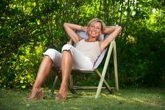 Милая женщина ослабляя Стоковая Фотография RF