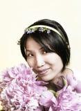 Милая женщина пахнуть цветками Стоковые Изображения RF