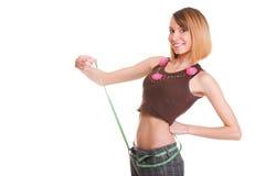 Милая женщина показывает ее изолят лент измерения потери веса нося Стоковые Изображения RF