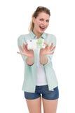 Милая женщина показывая 100 примечаний евро Стоковые Изображения