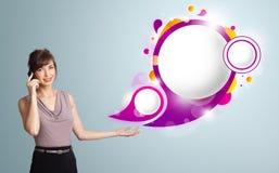 Милая женщина представляя абстрактные космос и мам экземпляра пузыря речи Стоковое Фото