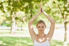 Милая женщина пригонки делая йогу в парке Стоковые Фото