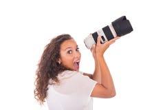 Милая женщина профессиональный фотограф с объективом фотоаппарата Стоковое фото RF