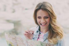 Милая женщина смотря touristic карту около фонтана Trevi Стоковое Изображение