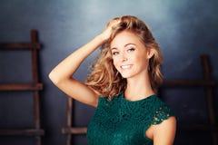 Милая женщина с белокурыми волосами Молодая сторона Стоковое Изображение RF