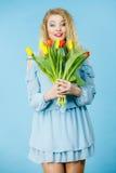 Милая женщина с красным желтым пуком тюльпанов Стоковые Фотографии RF