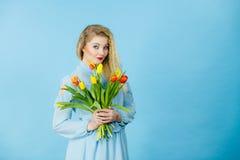Милая женщина с красным желтым пуком тюльпанов Стоковые Изображения