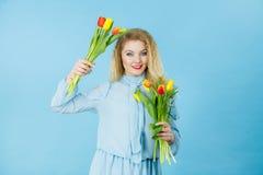 Милая женщина с красным желтым пуком тюльпанов Стоковая Фотография RF