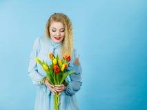 Милая женщина с красным желтым пуком тюльпанов Стоковые Фото