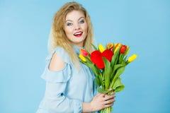 Милая женщина с красным желтым пуком тюльпанов Стоковые Изображения RF