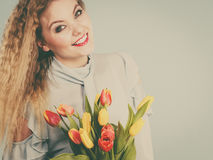 Милая женщина с красным желтым пуком тюльпанов Стоковая Фотография