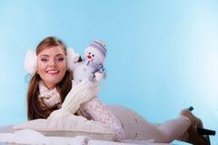 Милая женщина с маленьким снеговиком зима способа предпосылки красивейшей изолированная девушкой белая Стоковая Фотография RF