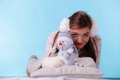 Милая женщина с маленьким снеговиком зима способа предпосылки красивейшей изолированная девушкой белая Стоковые Изображения RF