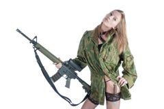 Милая женщина с оружием и ножом над белизной Стоковая Фотография