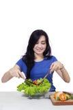 Милая женщина с свежими овощами Стоковое Изображение