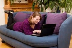 Милая женщина с смеяться над компьютера Стоковое фото RF