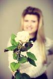 Милая женщина с цветком белой розы Стоковое Изображение