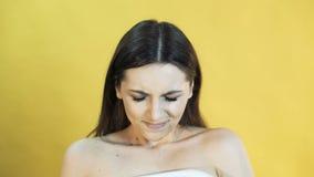 Милая женщина с эмоцией терпения на желтой предпосылке 4K акции видеоматериалы