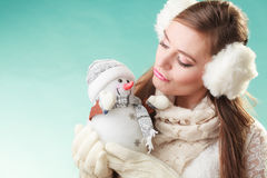 Милая женщина целуя маленький снеговик зима способа предпосылки красивейшей изолированная девушкой белая Стоковые Фото