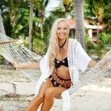 Милая загоренная молодая женщина ослабляя на пляже Стоковые Изображения RF