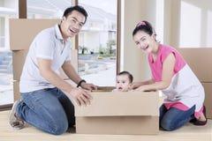 Милая игра девушки и родителей с коробкой Стоковые Изображения RF