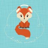 Милая лиса с комплектом музыки наушников слушая Стоковые Фото