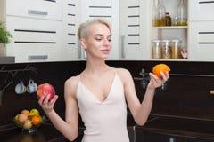 Милая и здоровая, естественная органическая сырцовая концепция свежих продуктов Стоковые Изображения RF