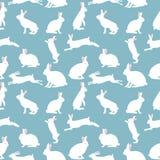 Милая иллюстрация кролика, безшовная картина на голубой предпосылке Стоковая Фотография RF