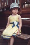 милая кавказская девушка в желтых платье и шляпе снаружи на задворк дома на летний день Стоковые Фотографии RF