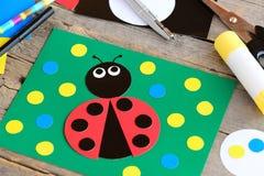 Милая карточка картона ladybug Гринкарда при ladybug сделанный от картона, ножниц, ручки клея, карандаша, отметки, картона покрыв Стоковые Изображения